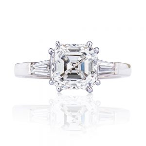 Asscher cut diamond of 3.0ct with tapered brilliant white diamonds in the shoulders.